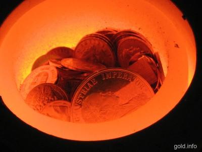 Goldmünzen werden geschmolzen